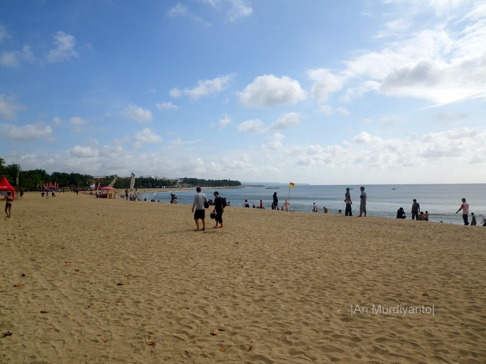 Pantai Kuta. Foto oleh Ari Murdiyanto
