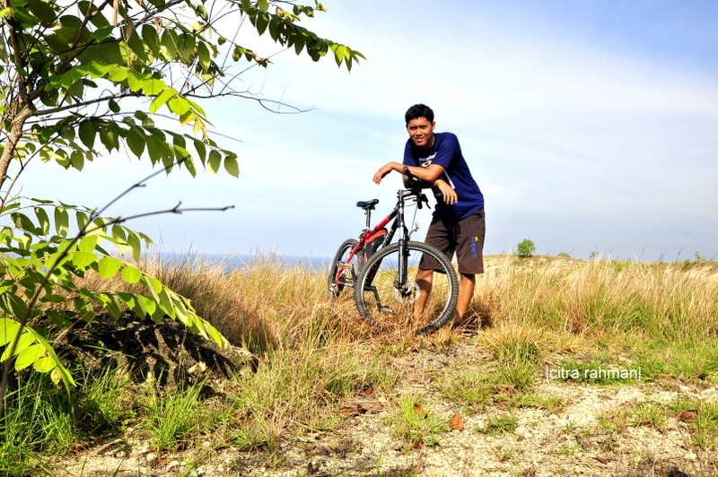 Bersepeda di punggung bukit Panggoi