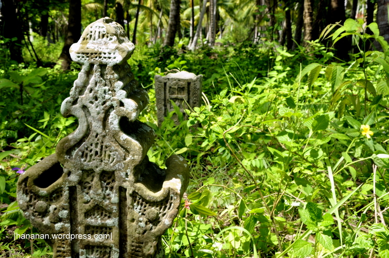 Salah satu dari tiga makam di Gampong Samuti, Gandapura. Makam ini terletak di pinggir sebuah lapangan di dekat tambak-tambak ikan. Di samping makam terdapat sebuah sungai kecil. Info dari warga jaman dulu sungai ini besar dan dapat dilewati kapal-kapal.