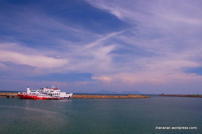 Nun jauh di sana, Pulau Weh terlihat samar-samar.