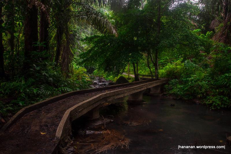 Jembatan kecil menuju air terjun.