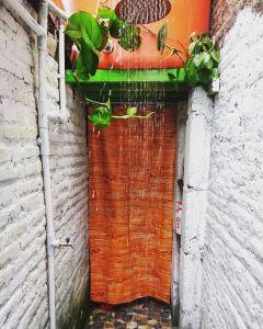 Kamar mandi outdoor. (Source: @koenslodge's instagram)