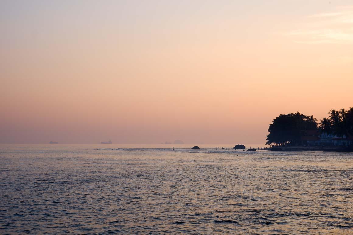 Pagi di Pantai Anyer.