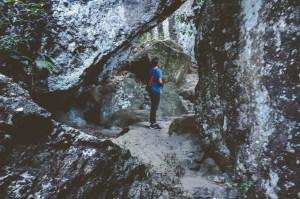 Jalur naik yang didominasi tebing-tebing batu.